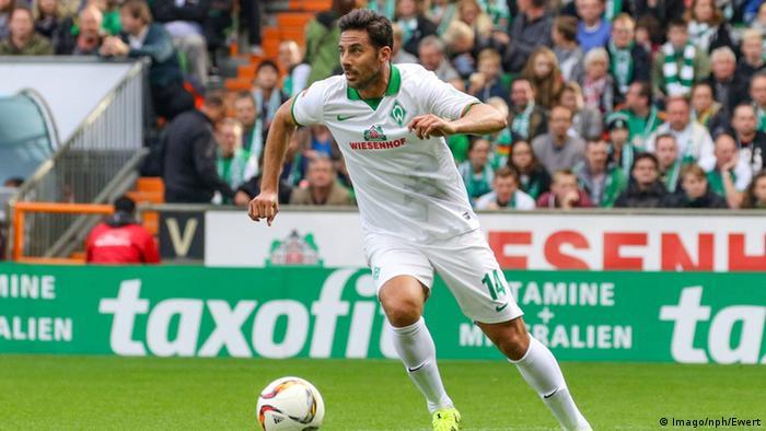 En Bremen quieren transformar al delantero peruano Claudio Pizarro en el volante creativo del equipo.