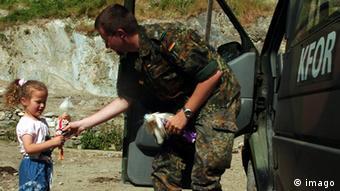 Kosovo deutscher Soldat mit einem Mädchen in Prizren (imago)