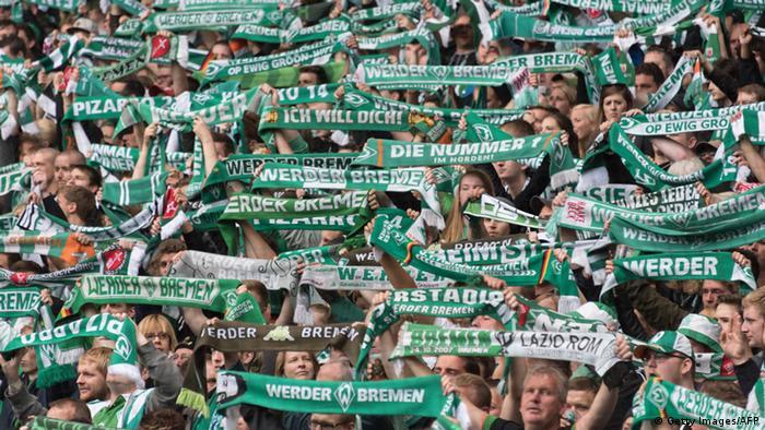 Los aficionados celebraron emotivamente el regreso de Claudio Pizarro al estadio del Bremen tras 1233 días de ausencia.