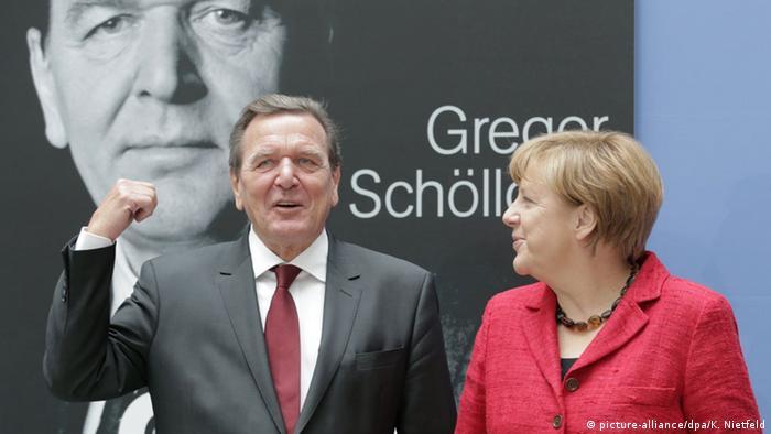Deutschland Merkel stellt Schröder Biografie vor