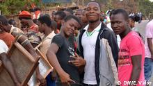 Der Fotograf tritt die Rechte an die DW ab, allerdings ist kein Weiterverkauf und keine Weitergabe der Bilder durch die DW an Dritte erlaubt. Ein Gruppe junger Edelstein-Schürfer auf der Straße zwischen Namanhumbir und Montepuez (Provinz Cabo Delgado, Nord-Mosambik) nachdem sie in ihren illegalen Minen von der Bereitschaftspolizei Força de Intervenção Rápida Moçambicana (FIR) verfolgt worden waren. Die Schürfer suchen in der Region im Norden von Mosambik nach Rubinen und anderen Edelsteinen. *** Ort: Straße zwischen Namamhumbiri und Montepuez, Cabo Delgado, Mosambik Fotograf: Estácio Valoy Datum: 10.10.2014