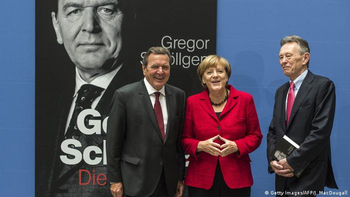 Gerhard Schoeder (l.) i historyk Gregor Schoellgen z kanclerz Angelą Merkel