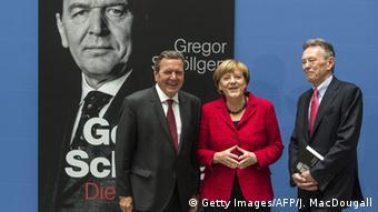 Историк Грегор Шёллген (справа) - соавтор книги Герхарда Шредера Последний шанс и биограф экс-канцлера, с Герхардом Шредером и канцлером ФРГ Ангелой Меркель на презентации биографии Герхарда Шредера, сентябрь 2015 года