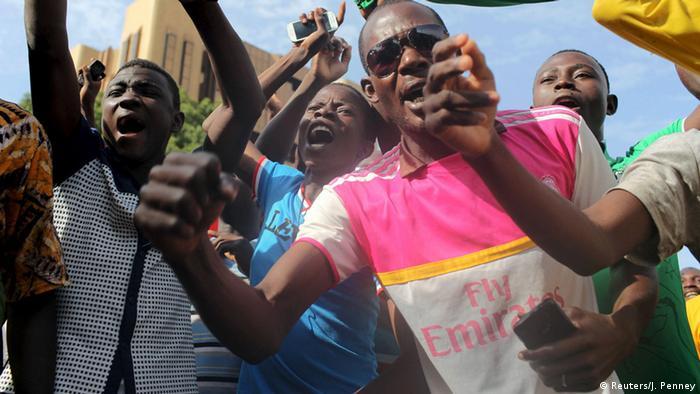 Bei Unruhen in Burkina Fasos Hauptstadt Ouagadougou singen Putsch-Gegner die Nationalhymne. (Foto: REUTERS/Joe Penney)
