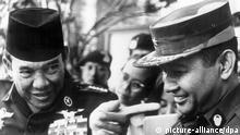 Den müßt ihr fragen... - Indonesiens ehemals starker Mann, Sukarno (l), zeigt am 1. September 1966 in Djakarta nach Fragen von Journalisten auf den Regierungschef General Suharto.