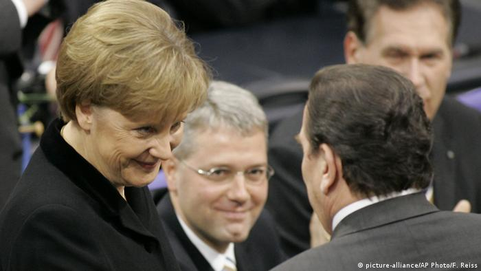 Angela Merkel und Gerhard Schröder (picture-alliance/AP Photo/F. Reiss)