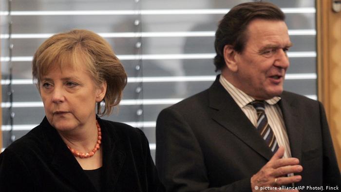 Angela Merkel und Gerhard Schröder (10.11.2005) (picture-alliance/AP Photo/J. Finck)