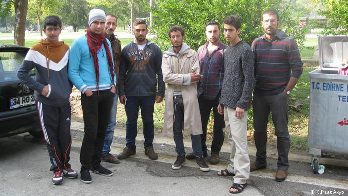 25 yaşındaki Şam'lı siyaset bilimi öğrencisi Muhammed Muhsin (ortada beyaz pardesölü), geceleri gizlice tarlalardan yürüyerek Edirne'ye ulaştıklarını söylüyor