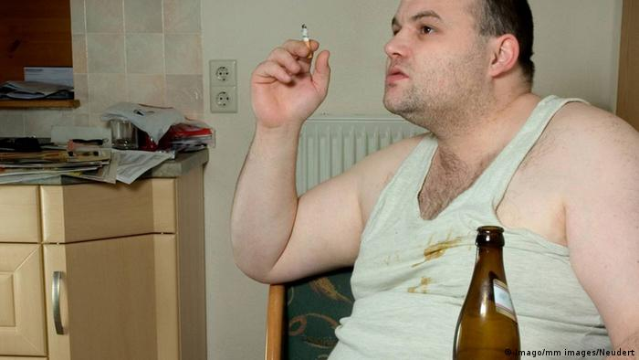 Symbolbild Alkoholkonsum, Rauchen und Übergewicht (Imago/mm images/Neudert)