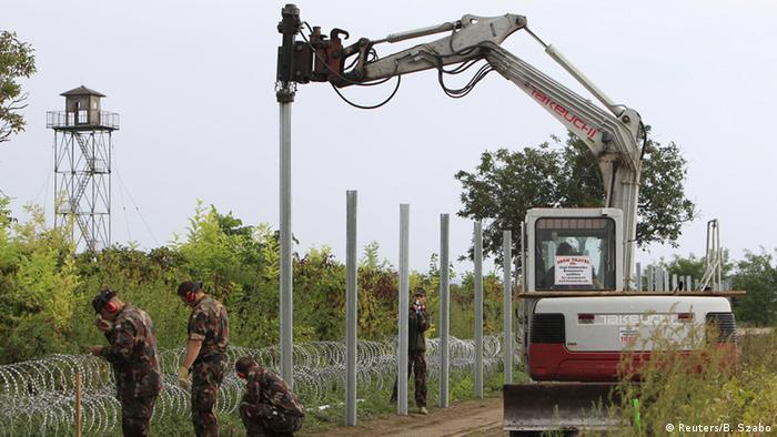 Hungarian army soldiers erect a fence on the border with Croatia near Sarok, Hungary, September 20, 2015 (Photo: REUTERS/Bernadett Szabo)