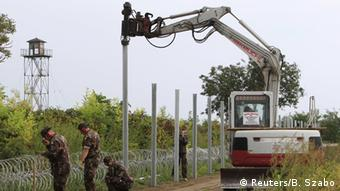 Ungarn baut Zaun zu Kroatien (Foto: REUTERS/Bernadett Szabo)