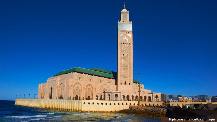 The Hassan II Mosque in Casablanca, overlooking the sea (picture alliance/Arco Images)