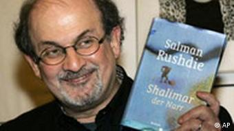 Salman Rushdie poses with his book titled 'Shalimar the Fool' prior to a literary meeting in Berlin on January 20, 2006; Photo: AP Photo/ Fritz Reiss