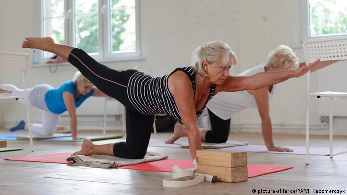 متخصصان انجمن قلب در آمریکا اعلام کردهاند که یوگا تاثیر مثبتی بر بیماران قلبی برجای میگذارد. محققان هلندی نیز با ۳۷ تحقیقی که در مجموع بر روی سه هزار نفر انجام شده بود به این نتیجه رسیدند که یوگا عوامل خطرساز در بیماریهای قلبی مثل فشار خون یا چربی خون را کاهش میدهد.