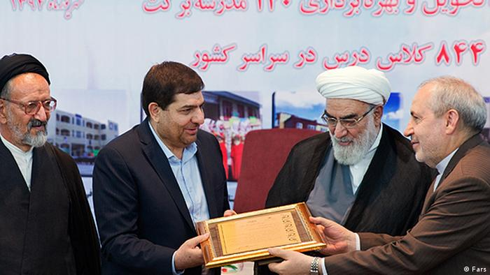 محمد مخبر، نفر دوم از چپ