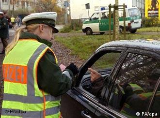 Женщина-полицейский проверяет документы