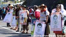 Sept. 21, 2015 - Mexico - G21091534.JPG.CHILPANCINGO, Gro., Protest/Manifestacin-Guerrero.- Estudiantes de la Normal Rural de Ayotzinapa y padres de los 43 normalistas desaparecidos iniciaron este lunes 21 de septiembre de 2015, una serie de protestas previo al primer aniversario del caso Iguala. En el punto conocido como Tierras Prietas realizaron acciones de boteo. Foto: Agencia EL UNIVERSAL/Dassaev T