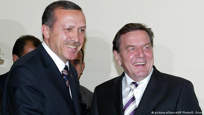 Symbolbild - Gerhard Schröder und Tayyip Erdogan (picture-alliance/AP Photo/O. Orsal)