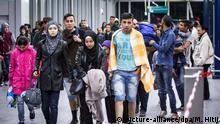 Sonderzüge mit 900 Flüchtlingen (picture-alliance/dpa/M. Hitij)