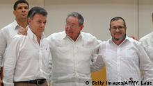 23.09.2015 **** Bildunterschrift:Cuban President Raul Castro (C) embraces Colombian President Juan Manuel Santos (L) and the head of the FARC guerrilla Timoleon Jimenez, aka Timochenko (R), during a meeting in Havana on September 23, 2015. The Colombian government and FARC rebels announced a key breakthrough in their nearly three-year peace talks Wednesday with the signing of a deal on justice for crimes committed during the five-decade conflict. The deal includes the creation of special courts and a broad amnesty, though this will not cover 'crimes against humanity, serious war crimes' and other offenses including kidnappings, extrajudicial executions and sexual abuse, said officials from Cuba and Norway, the guarantors in the talks. AFP PHOTO / Yamil Lage (Photo credit should read YAMIL LAGE/AFP/Getty Images)