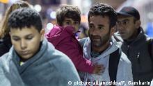 Deutschland Flüchtlingszug erreicht Flughafen Köln/Bonn