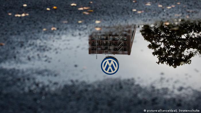 لوگوی فولکس واگن در باران