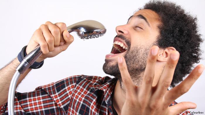 Symbolbild Mann singt unter der Dusche