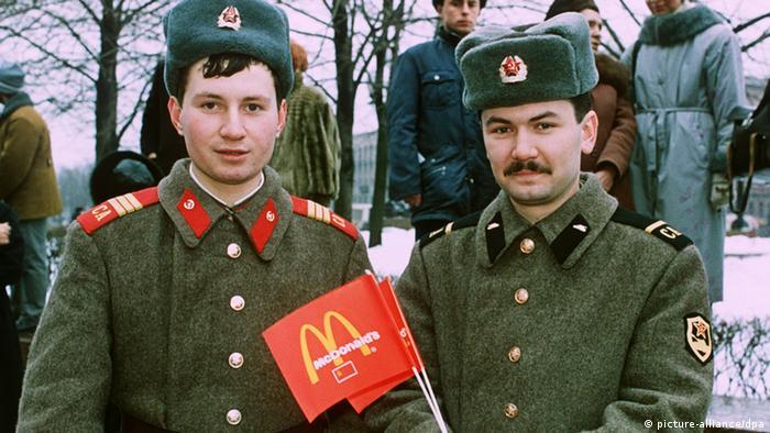 Два советских солдата с флажками McDonald's