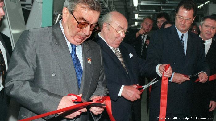 Ханс Имхофф, Евгений Примаков и Клаус Кинкель перерезают ленточку при открытии шоколодной фабрики в Покрове