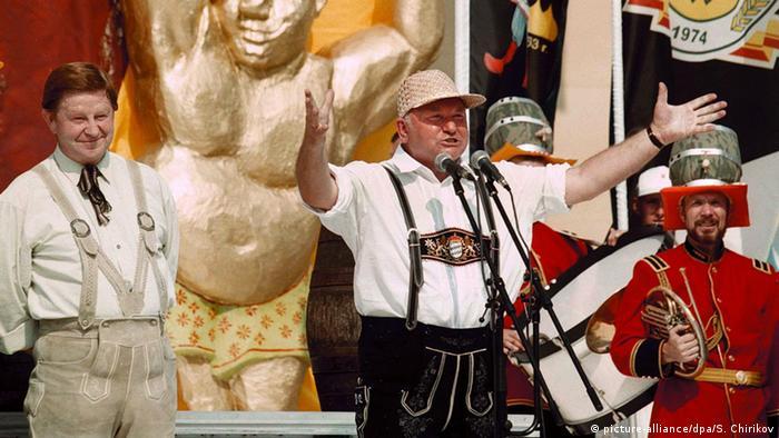 Юрий Лужков в кожаный баварских штанах открывает в Москве фестиваль пива