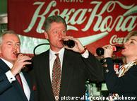 """Фото из архива: глава """"Coca-Cola в России"""" Майкл О'Нил, Билл и Хиллари Клинтон на фабрике в Москве"""