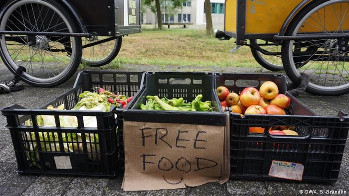 Boxes with free food for Taste the waste initiative in Netherlands (Photo: Anne-Sophie Brändlin/DW)