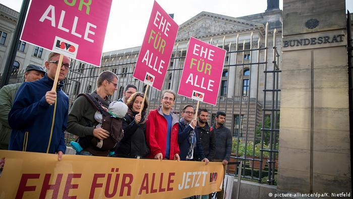 Deutschland Bundesrat Homo-Ehe Kundgebung für eine Ehe für alle (picture-alliance/dpa/K. Nietfeld)