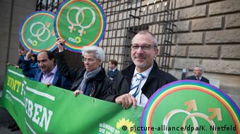 Volker Beck at demonstration for marriage for all (picture-alliance/dpa/K. Nietfeld)