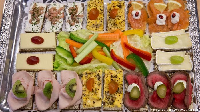 Platte mit belegten Broten und Rohkos