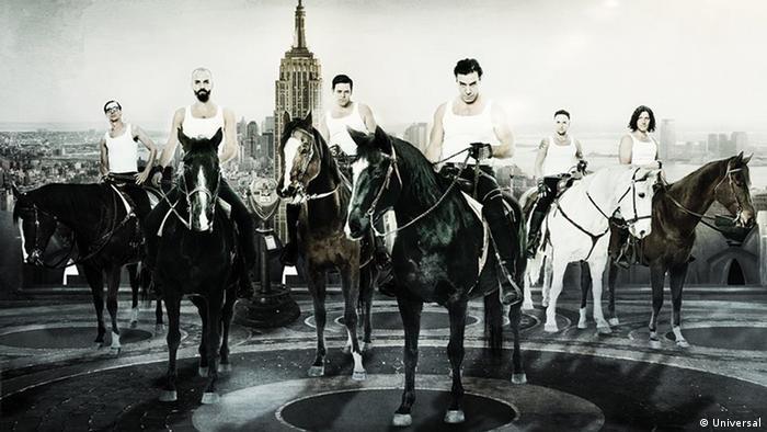 Rammstein auf Pferden. vlnr: Flake Lorenz, Oliver Riedel, Richard Kruspe, Till Lindemann, Paul Landers, Christoph Schneider. Foto: Universal