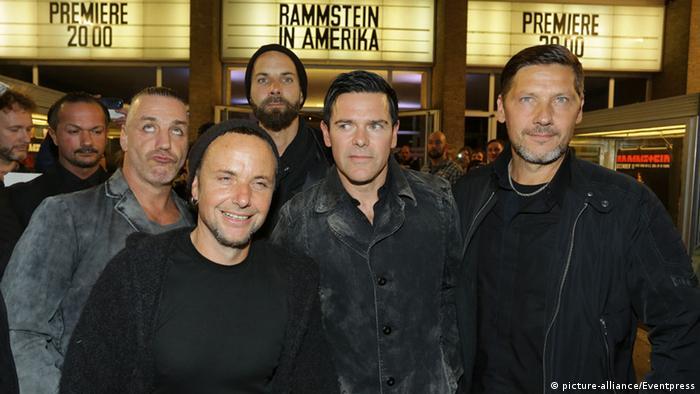 Rammstein bei der Kino-Premiere, vor dem Kino, Foto: dpa