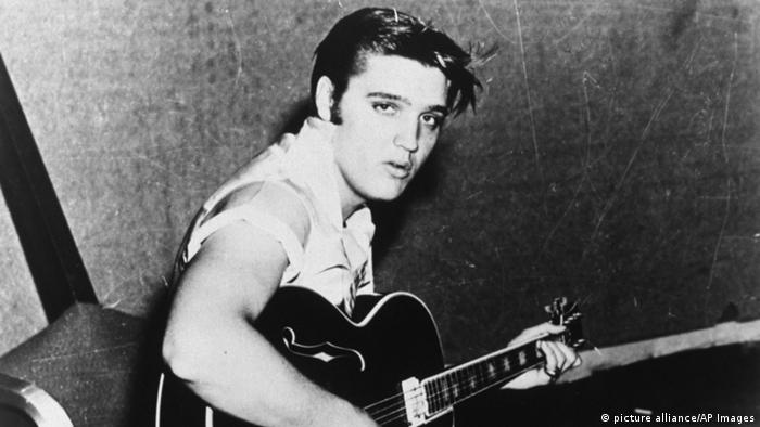 Elvis im Tonstudio mit Gitarre, 1956 (picture alliance/AP Images)