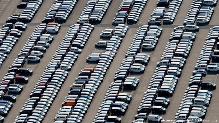 Volkswagen Parkplatz voller Nutzfahrzeuge