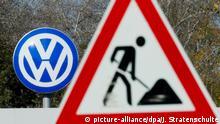 Ein Baustellen-Schild steht am 23.10.2014 vor dem Tor Sandkamp am Volkswagen Werk in Wolfsburg (Niedersachsen). Foto: Julian Stratenschulte/dpa