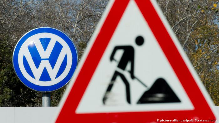 Дорожный знак Стройка на фоне эмблемы Фольксваген