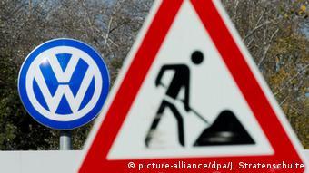 Знак дорожные работы на фоне логотипа Volkswagen