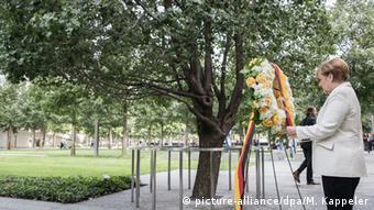 Меркель возлагает венок к дереву