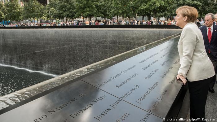 USA New York Angela Merkel am Ground Zero Memorial