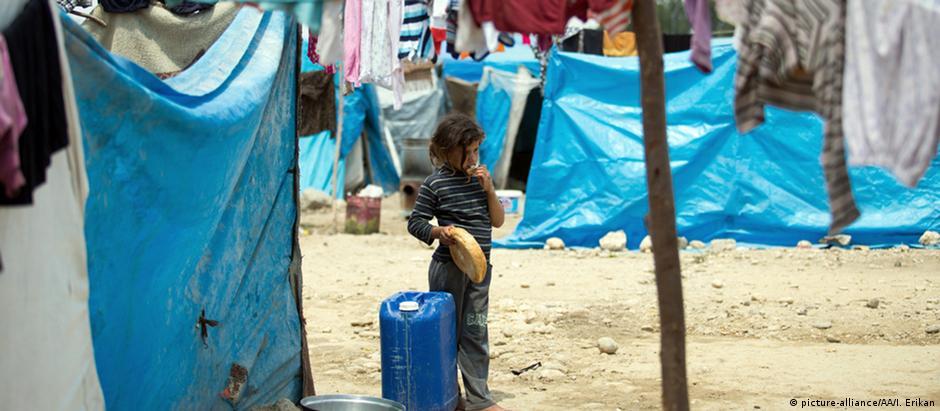 Criança síria num campo de refugiados na cidade de Adana, na Turquia