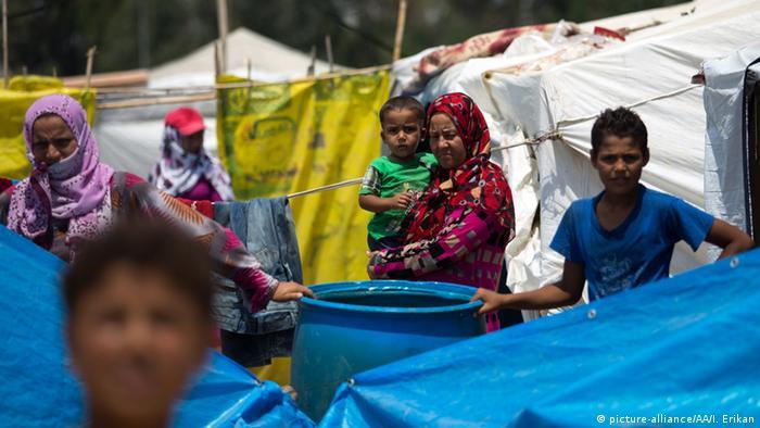 Сирийские женщины и дети в палаточном лагере для беженцев в Турции