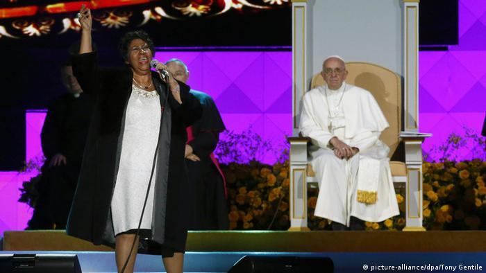 Papst Franziskus Katholiken Tag USA Pennsylvania Auftritt Aretha Franklin (picture-alliance/dpa/Tony Gentile)