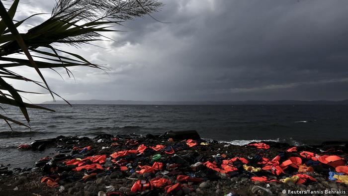 Symbolbild Flüchtlinge Schwimmwesten Ufer Asylpolitik Asyl Flüchtlingskrise Flucht Meer Türkei Griechenland
