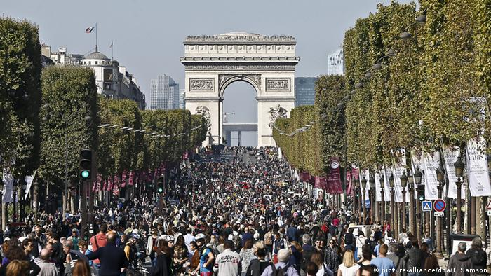 Paris Frankreich Autofreier Sonntag Champs Elysee Autofrei Umwelt (picture-alliance/dpa/T. Samson)