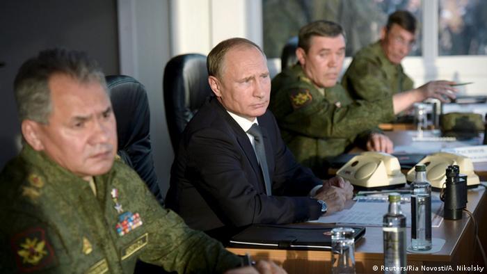 Russland Putin und Militärs Armee Manöver